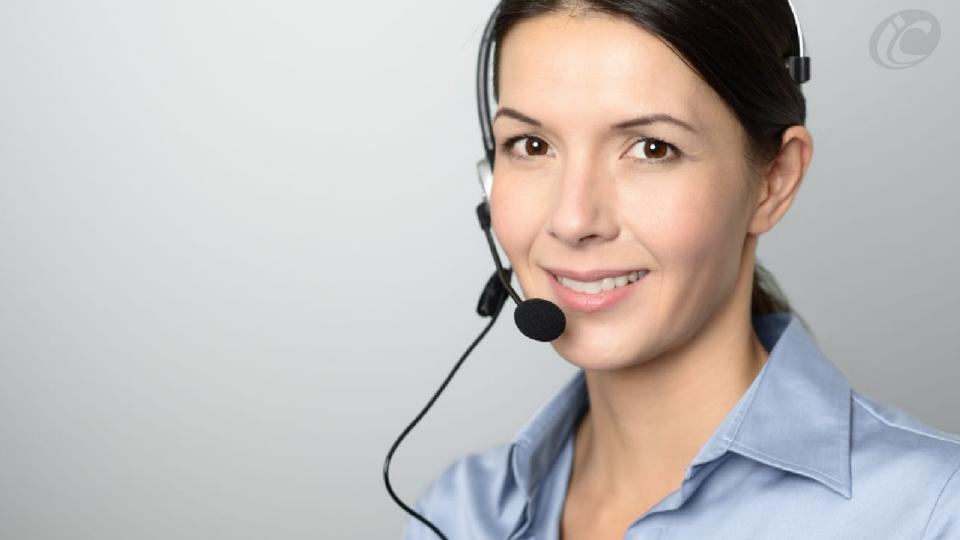 Atendimento mulher ao telefone sorrindo