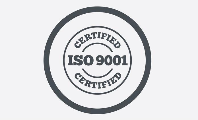 Vetor-selo-circular-cinza-certificação-iso-9001-fundo-cinza-claro