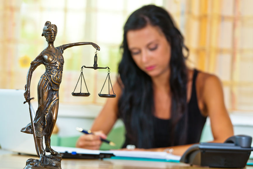 dentista-calculando-seus-honorários-no escritório-figura-justiça-em-primeiro-plano