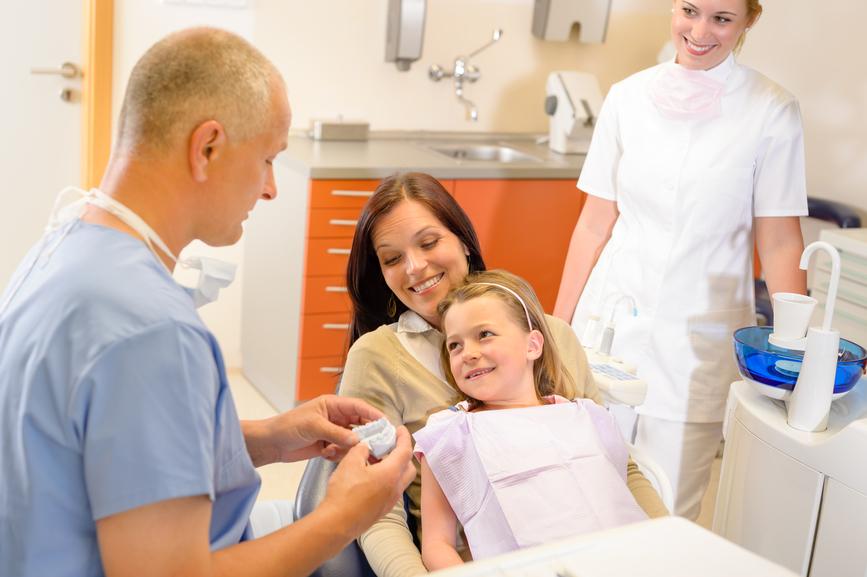 fotografia-Visita-de-criança-em-consultório-odontológico-acompanhada-pela-sua-mãe