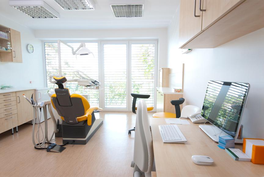 fotografia-de-uma-sala-moderna-bem-aparelhada-de-consultório-odontológico