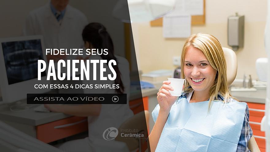 fotografia-escritório-odontológico-paciente-do-sexo-feminino-sorrindo-segurando-copo-de-água-aguardando-Cirurgia-dentária-com-auxiliar-de-enfermagem-e-doutor-em-segundo-plano-na-imagem.
